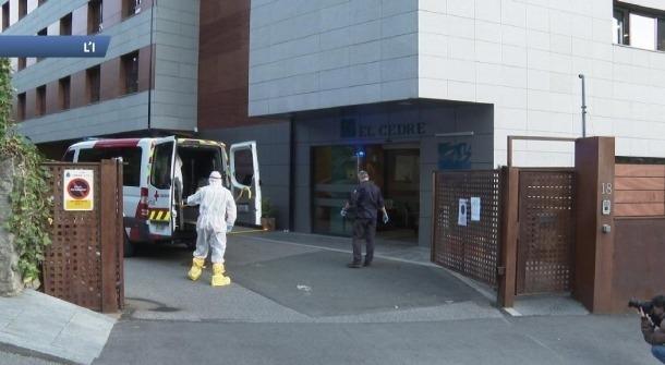 Una ambulància davant del Cedre esperant pel trasllat de pacients.