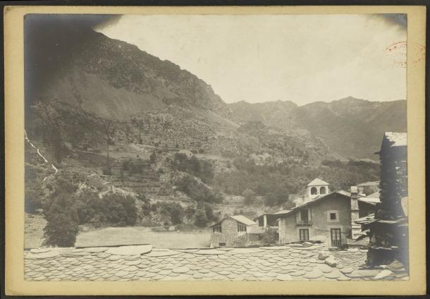 Teulades d'Andorra la Vella. Al fons, vista lateral del claustre de casa Cintet, a l'actual plaça Benlloch.