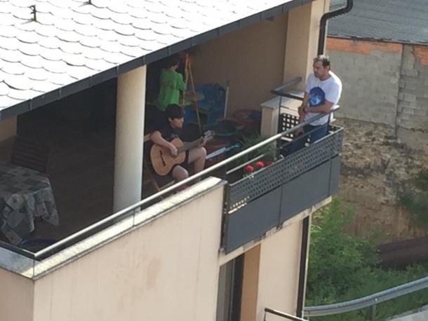 Un dels alumnes interpretant una de les peces.