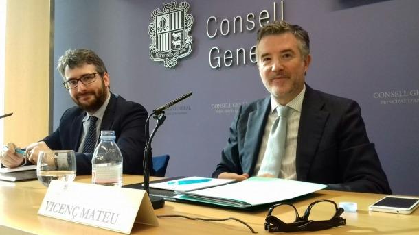 El ministre d'Educació, Èric Jover, i el síndic, Vicenç Mateu, van presentar ahir la beca al Consell General