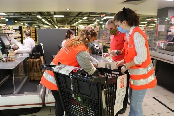 Voluntàris de la Creu Roja en l'inici de la campanya de recollida d'aliments d'aquest cap de setmana.