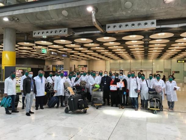 Els professionals sanitaris a l'aeroport de Madrid.
