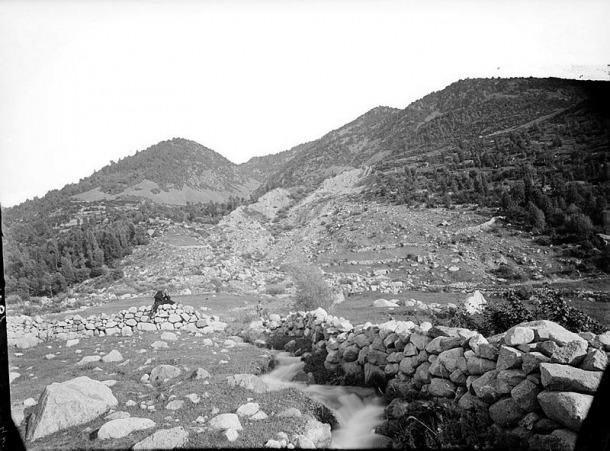 La runa cobreix el que fins al 16 d'abril del 1865 va ser el poble del Fener. Aquesta fotografia és del 1890 i s'hi distingeix perfectament la trajectòria de l'esllavissada.