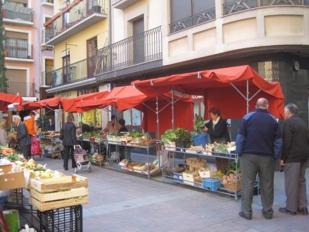 Imatge del mercat al carrer Major de la Seu, tancat arran del confinament.