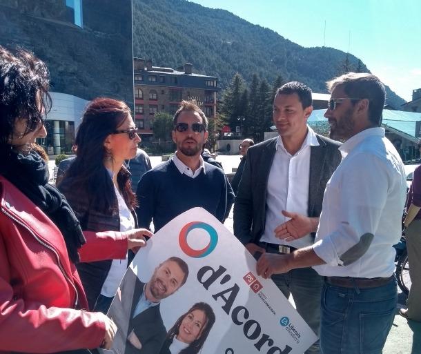 Els candidats de d'Acord a Encamp, Cathy Juan i David Rios, amb els aspirants nacionals.