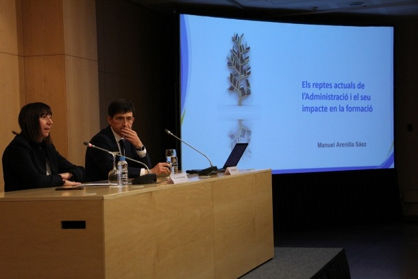 ANA/ La ministra de Funció Pública i Reforma de l'Administració, Eva Descarrega, i el professor Manuel Arenilla durant la conferència