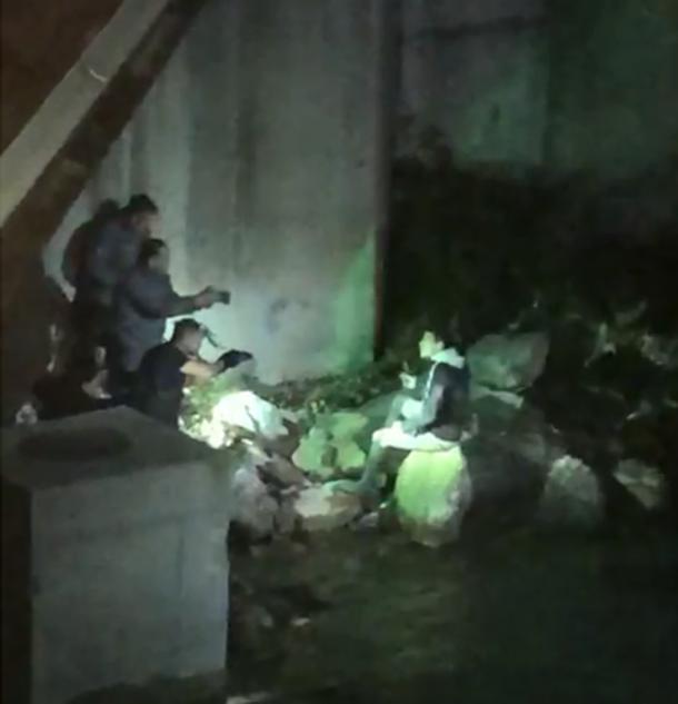 Moment de la detenció del pres fugat sota el pont del Viena.