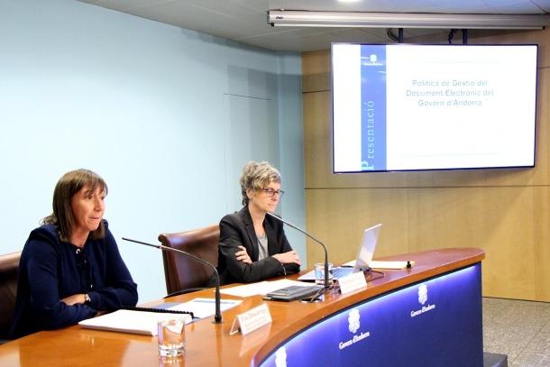 ANA/ La ministra de la Funció Pública i Reforma de l'Administració, Eva Descarrega, i la cap d'àrea d'Arxius i Documents, Susanna Vela.