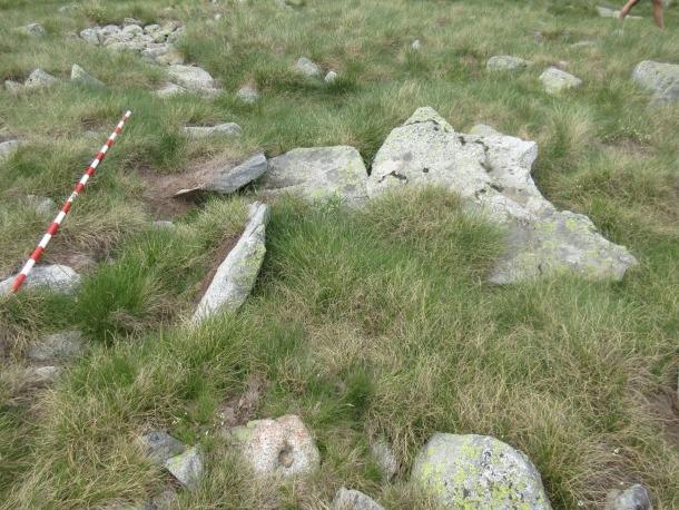 Lloses que els arqueòlegs sospiten que van servir per tapar la cambra mortuòria.