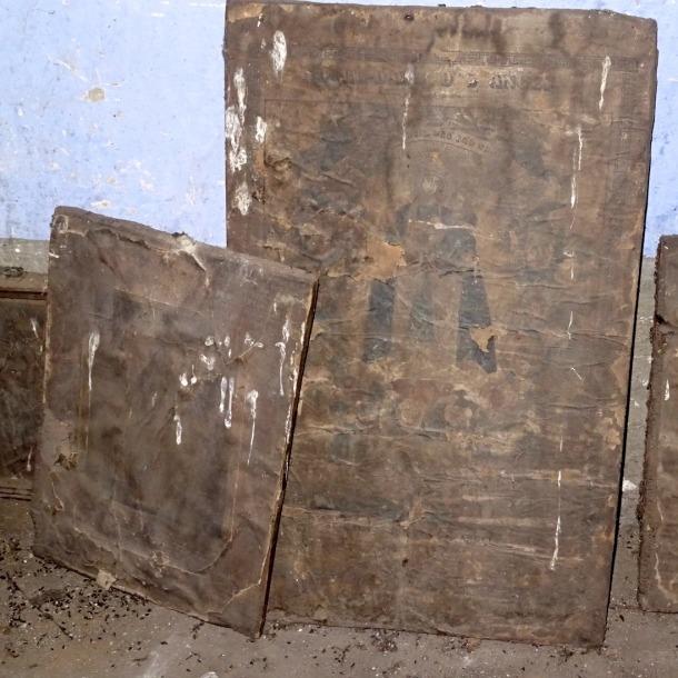 L'estampa, a l'habitació de cal Gastó tal com va ser recuperada, juntament amb altres gravats de més petites proporcions.