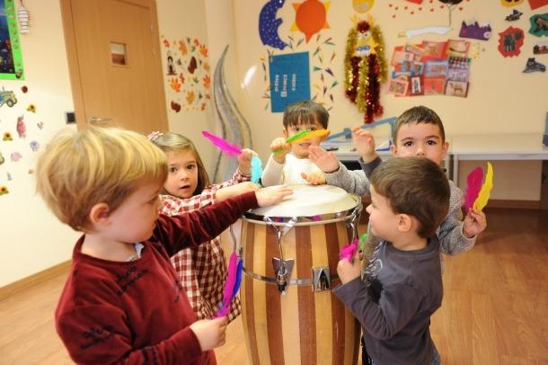 Un grup de nens aprenen música jugant i divertint-se.