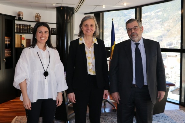 L'ambaixadora, Jocelyne Caballero, flanquejada per Laura Mas i Jean-Michel Rascagneres