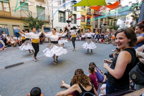 L'Esbart Laurèdia interpreta el Ball de la Marratxa per la Festa major.