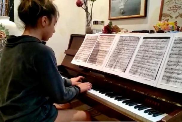 Una alumna de l'Escola de Música de les Valls del Nord.