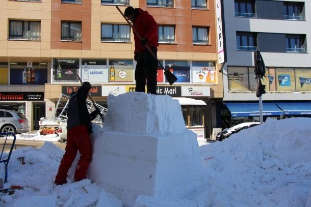 Tret de sortida al Concurs d'escultures de neu del Pas de la Casa, amb una trentena de blocs i més de 50 escultors