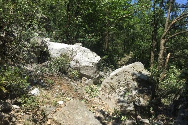Protecció Civil /Una de les roques que ha caigut durant l'esllavissada al centre de la imatge.