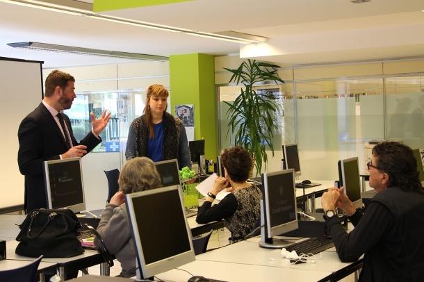 El responsable de L'espai de la Fundació Crèdit Andorrà, Joan Casas, dona la benvinguda als inscrits
