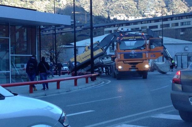 Cues a l'avinguda Tarragona per la caiguda d'una grua Cues a l'avinguda Tarragona per la caiguda d'una grua