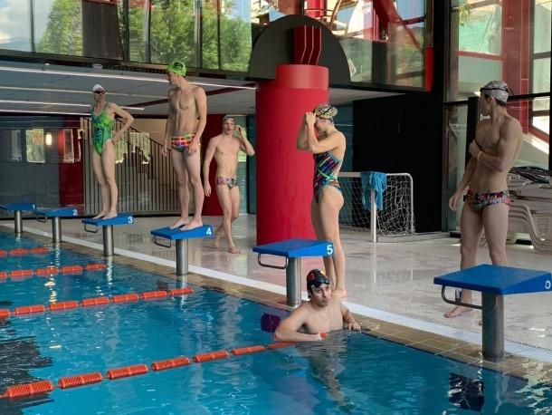 Els nedadors becats de la Federació Andorrana de Natació fan un minut de silenci dins de l'aigua