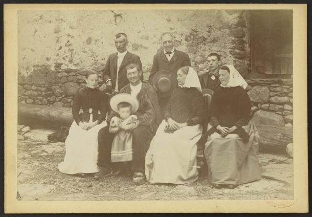 Retrat de la família Lluís de Mas. La primera de la dreta, asseguda, és Dolors Picart.