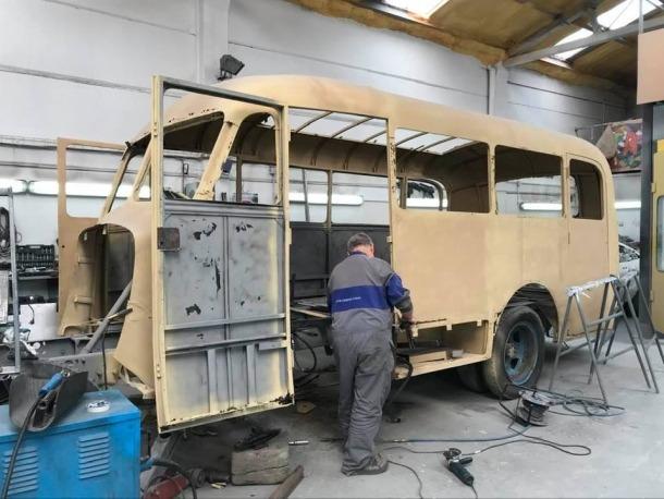 El xapista va tornar dillus a treballar amb el Fargo, aplicant una capa d'antioxidant a la carrosseria.