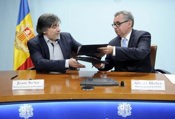 Joan Soler i Albert Moles en la signatura del conveni entre FEDA i Estadística.