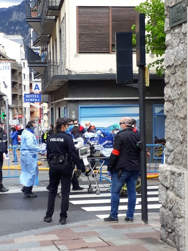 Evacuació d'un dels ferits a l'incendi, que ha estat traslladat a l'hospital.