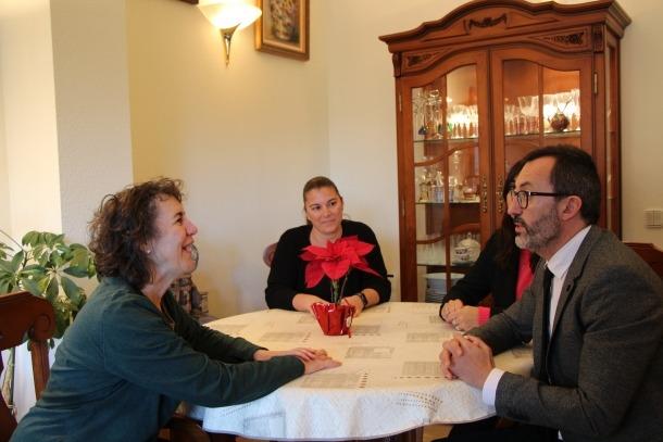 La usuària, Cristina Garcia, rep la visita del ministre Filloy.