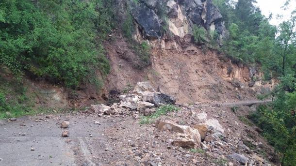 L'esllavissada ha obligat a tallar la carretera d'accés a Torà de Tost.