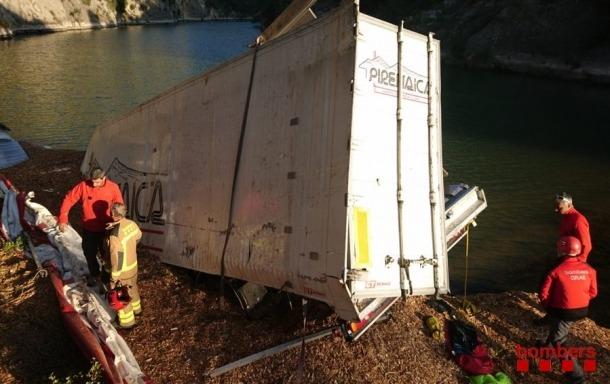 El camió va caure des de 30 metres en un pont.