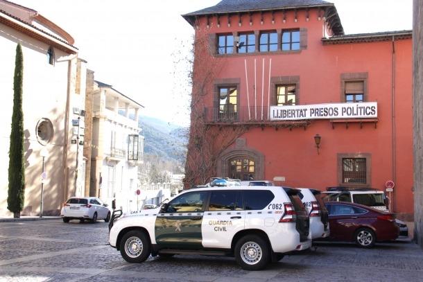 Un vehicle de la Guàrdia Civil davant de l'ajuntament de la Seu d'Urgell.