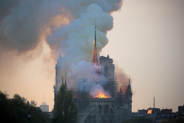 Les flames i el fum a la catedral de Notre-Dame de París, on s'ha esfondrat l'agulla central.