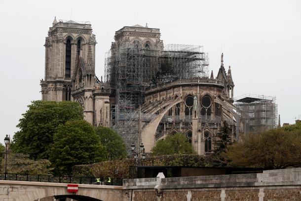 Imatge general de la catedral de Notre-Dame, amb el foc ja extingit, sense l'agulla central, que s'ha esfondrat.