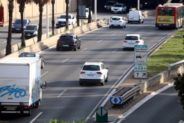 Vehicles entrant a Barcelona davant d'un cartell que senyalitza la ZBE.
