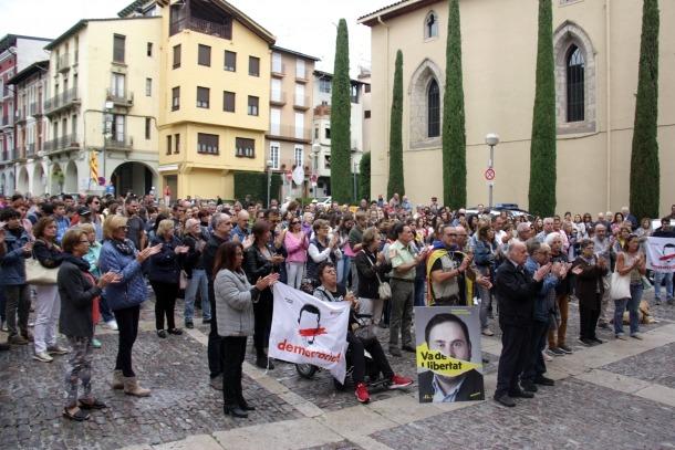 Les persones concentrades davant l'Ajuntament de la Seu.