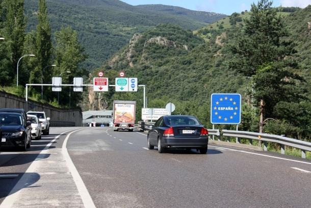 Cotxes entrant a la regió sanitària de l'Alt Pirineu i Aran procedents d'Andorra, aquest matí.