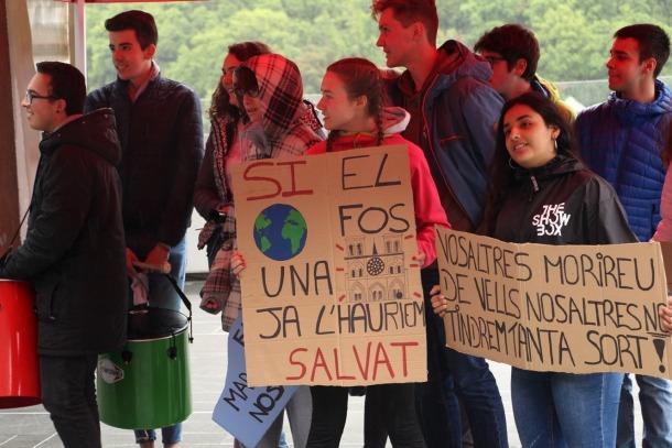 Els joves del moviments Fridays for Future es reivindiquen davant del Consell General.