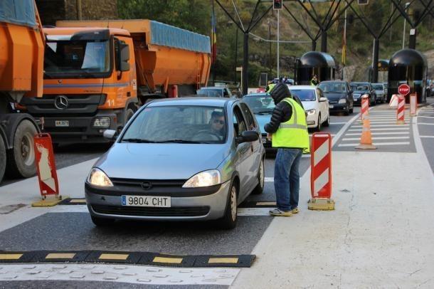 Vehicles entrant a Andorra per la frontera del riu Runer.