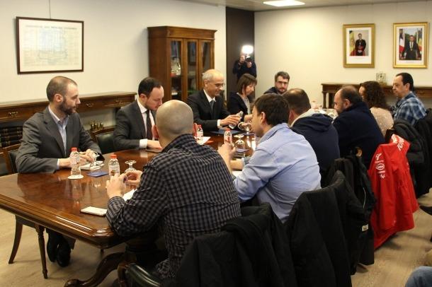 Un moment de la reunió entre els representants sindicals i els membres del Govern, aquest dimarts al matí.