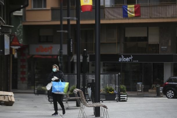 Una dona amb mascareta camina per l'avinguda Riberaygua de la capital.