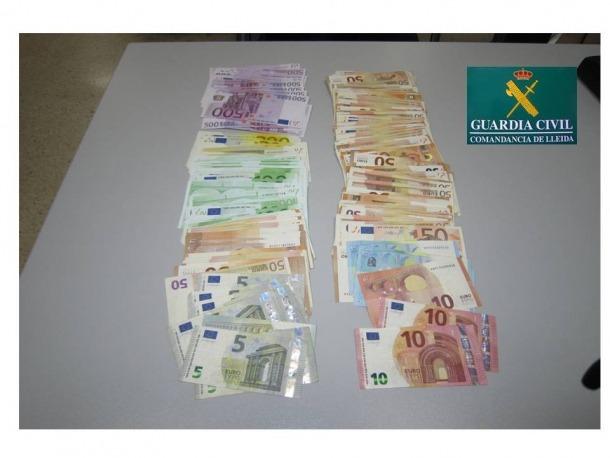 Intervinguts a la Farga de Moles 21.000 euros en divises i 5.000 en productes de bellesa a dos veïns de Barcelona