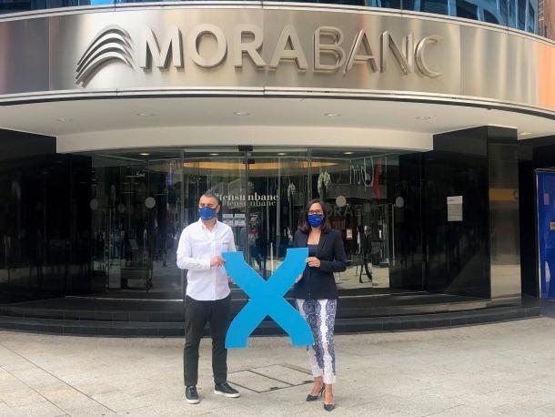 Riera i Ledesma han escenificat la signatura de l'acord amb una imatge a l'exterior del banc.