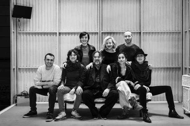 Hèctor Mas (assegut, el primer a l'esquerra) i Alfons Casal (el primer a la dreta, dempeus), amb l'equip tècnic i artístic de 'Prostitutas', que dirigeix Andrés Lima.