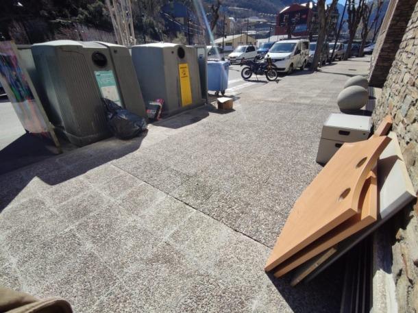 Andròmines dipositades la setmana passada als contenidors de Ptrada Casadet.