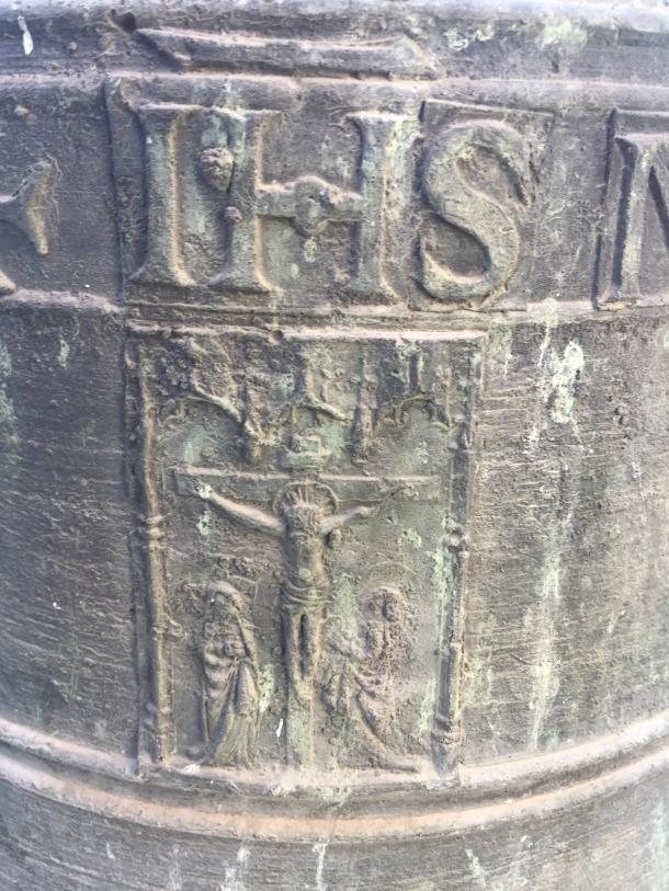 Detall del Calvari que il·lustra la campana.