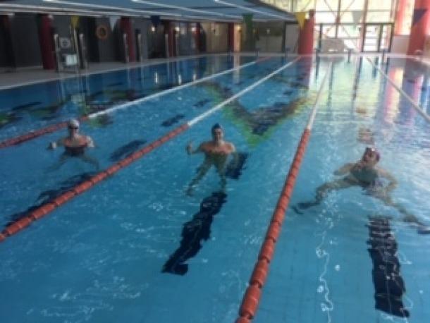 Els nedadors becats entrenant avui a la piscina del CEO.