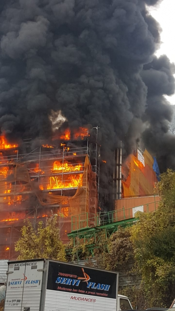 Les flames afecten gran part de l'edifici.
