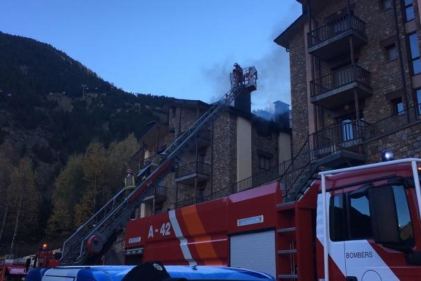 Un incendi a Canillo causa tres ferits lleus i obliga a desallotjar un bloc d'edificisUn incendi a Canillo causa tres ferits lleus i obliga a desallotjar un bloc d'edificis
