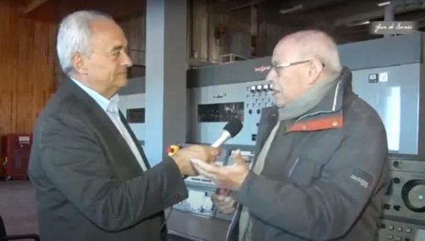 Joan Font és l'autor de les entrevistes, fetes a les instal·lacions de l'emissora al cap del port.