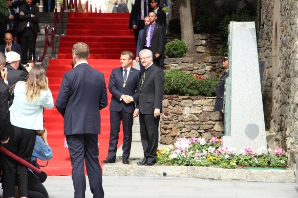 Els dos coprínceps saludant-se davant l'estàtua dels pareatges.